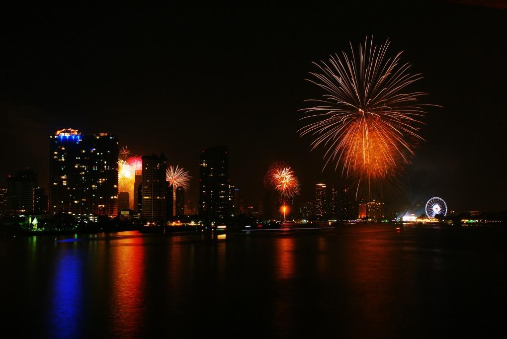 fireworks-585332_1920.jpg